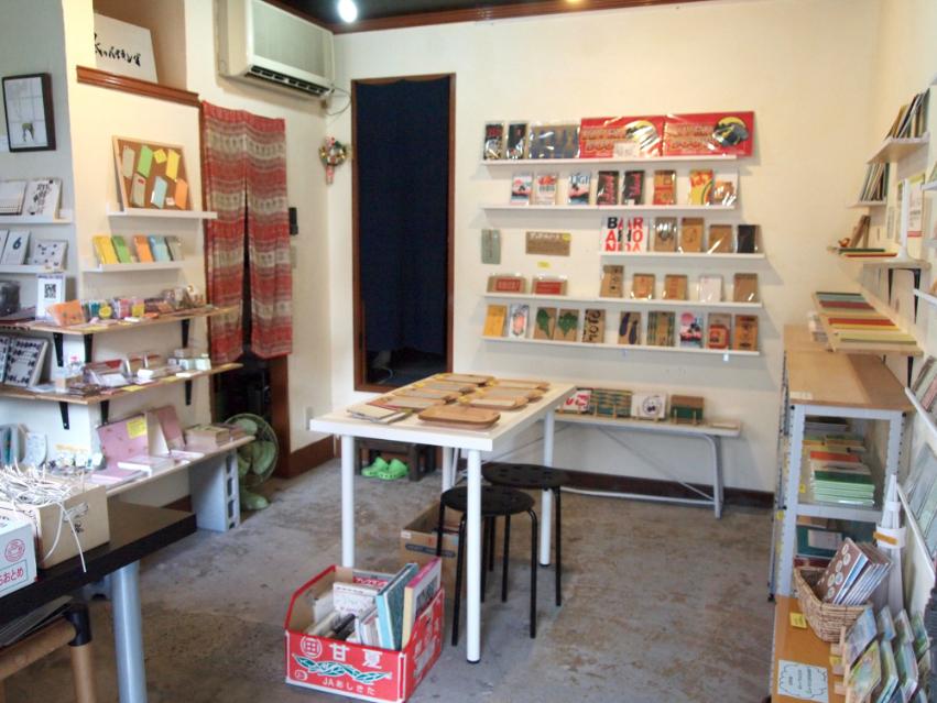 (写真:店内に並ぶのは、ほぼオリジナル商品。一部、知人や友人の紙モノを扱っています)