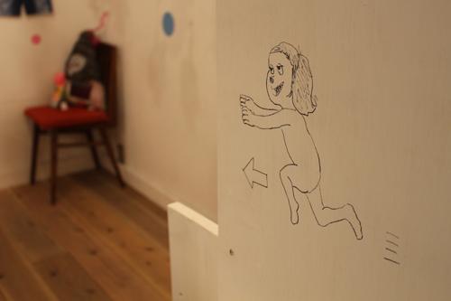(写真:壁のいたるところに描かれたイラスト。何人いるか探してみて!)