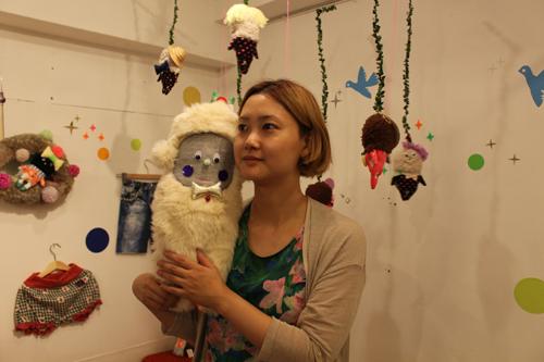 (写真:デザイナー関悠美さんと『胃腸の悪いイエティ』。)