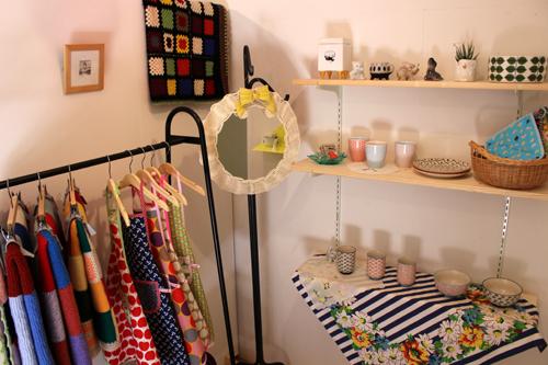 (写真:アトリエに設けられた商品の販売スペース。 ドイツやデンマークから買い付けてきた雑貨も販売する。)
