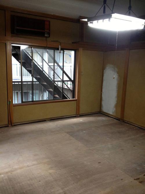 (写真:改装前。年季の入った和室が・・・)