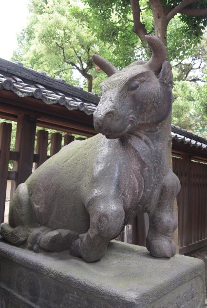 """(写真:石工の名前は""""角次郎""""さん。どこまでも牛に縁のある神社です)"""