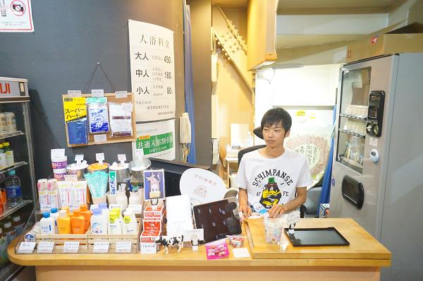 番台に座る田村さん。通常、田村さんが番台でお客さんを迎え入れている