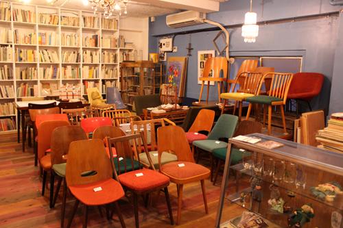 絵本と家具を販売している1階のスペース。棚にぎっしり詰まった絵本は圧巻!