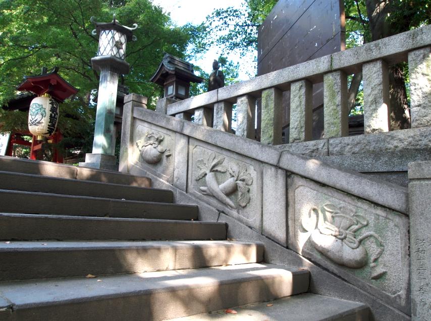 (写真:石階段の両脇に……大根と巾着?)