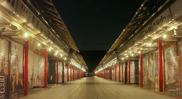 (写真:MVより。電球がずらりと並んだ、人気のない夜更けの仲見世)