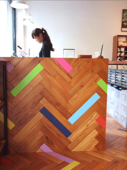 (写真:店内の密かなこだわり。床板と壁板にところどころ混じったカラフルな板は色鉛筆をイメージ)
