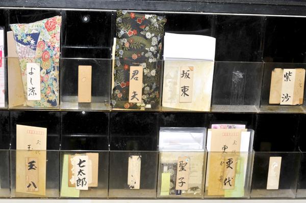「浅草見番」と芸者さん達との連絡ポスト。芸者さんの粋な名前の数々が見えます。
