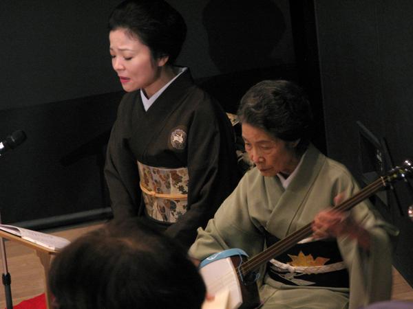 三味線を舞台で演奏する都内最高年齢90歳の芸者さん、ゆう子姐さん(右) 2013年10月5日浅草文化観光センターにて