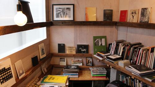 アラーキーから新進の写真家の作品まで200冊以上の蔵書を誇る写真集図書館