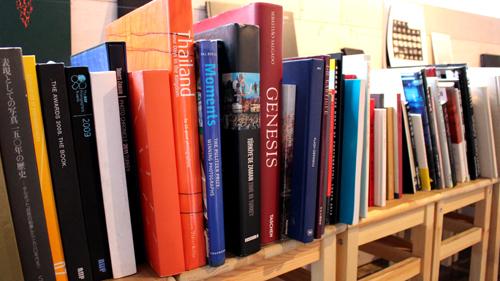世界で20冊しかないハンドメイドの希少本も!