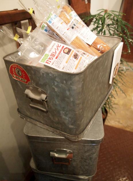 (写真:ヒガシ東京の職人さんから譲っていただいたトタンの箱は50年物!)