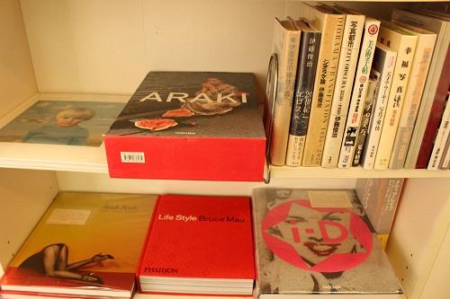 写真本の棚には(なぜか)アラーキーの写真集が多数……