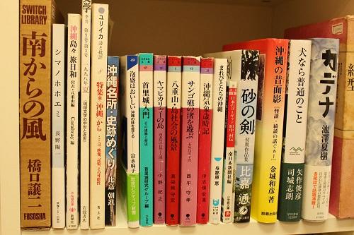 沖縄関連の書籍が豊富に揃うレジ前の棚