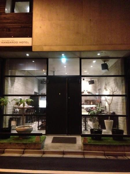 """(写真:コンクリート打ちっぱなしのオシャレな建物が突如""""山谷""""に!?)"""