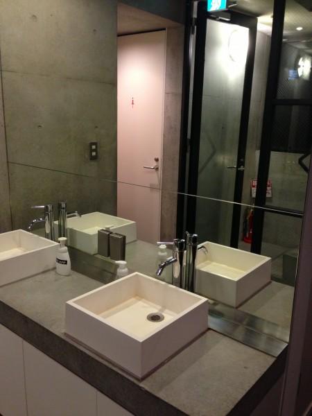 (写真: 2・3階に洗面やトイレなど共用のユーティリティーを完備)