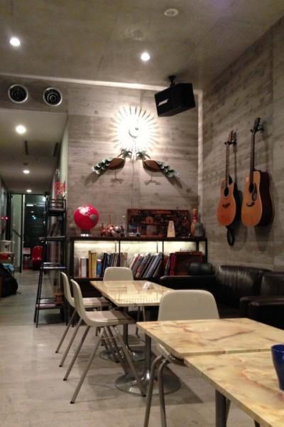(写真:テーブルとソファが配されたロビー。コーヒーマシンもあるので、旅の計画を練るのにぴったりのくつろぎスペース)