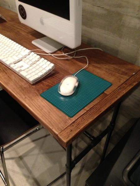 (写真:マウスパットのカッターマットはデザイナー時代のもの)