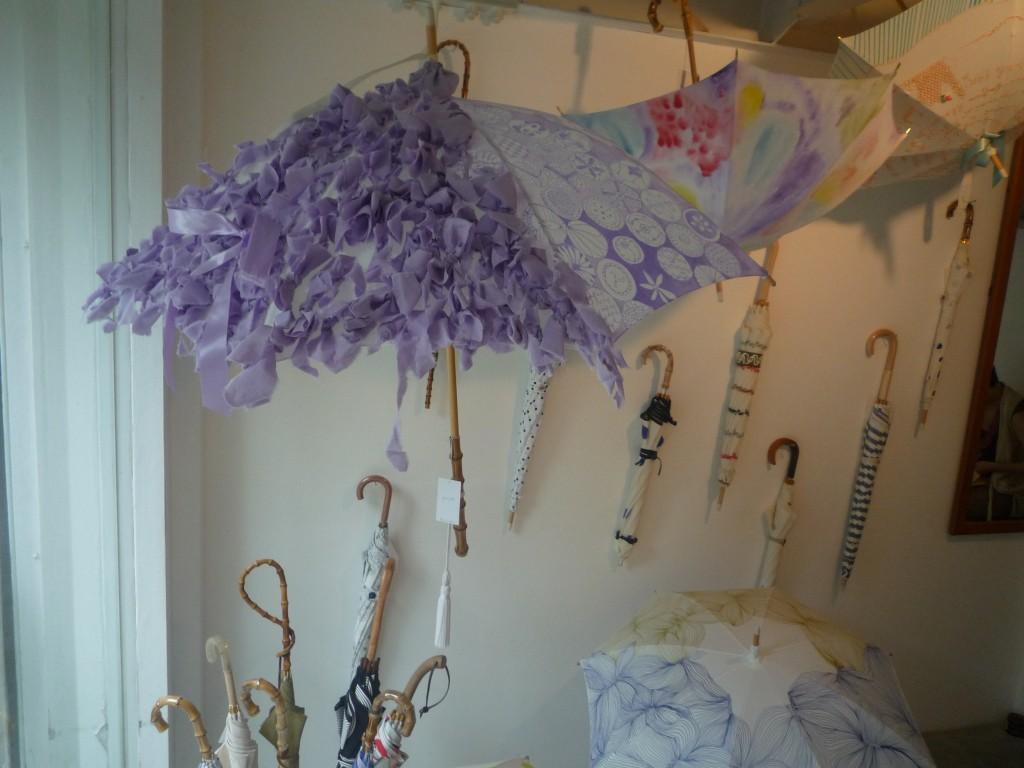 (写真:Coci la elle webサイトより。初めての展示会、「はじめまして日傘やです」の様子)