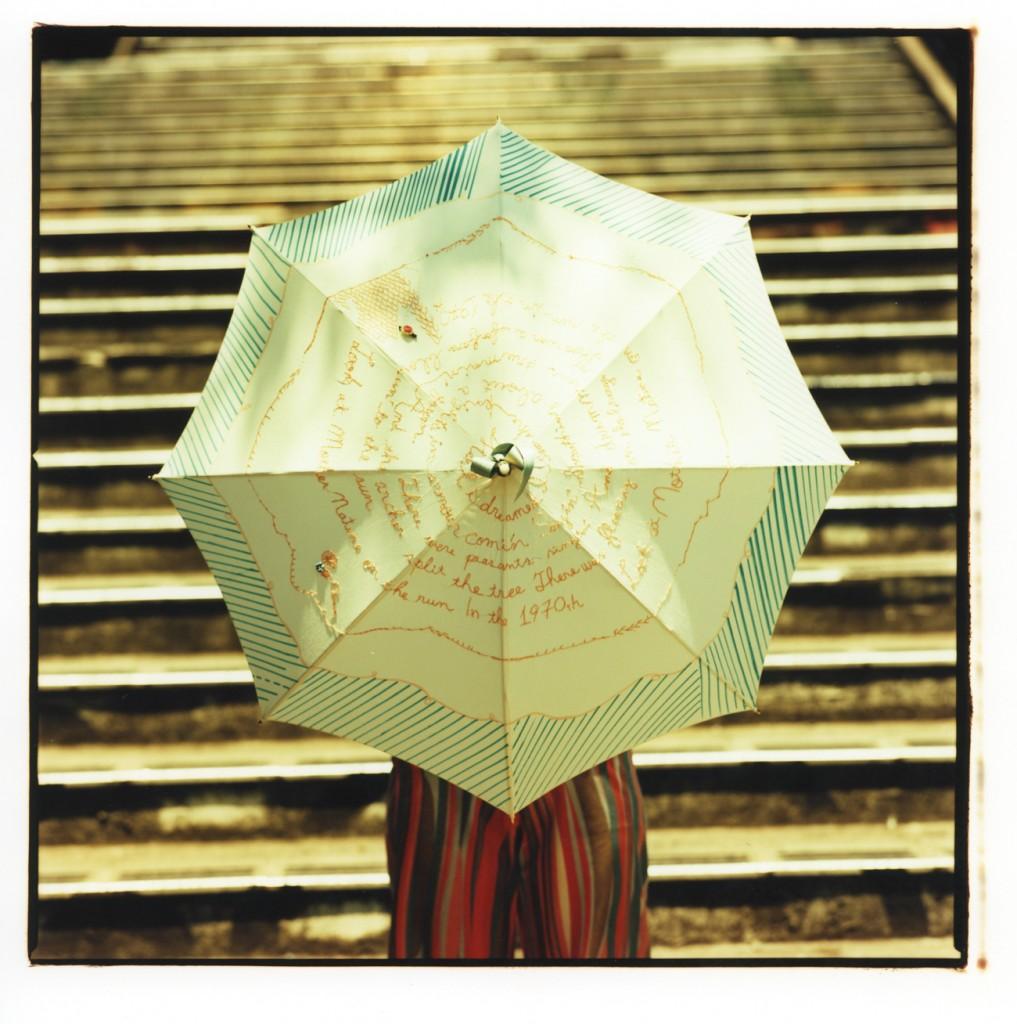 (写真:Coci la elle webサイトより。こちらも2010年に発表した日傘。ひと針ひと針、手刺繍を施している)