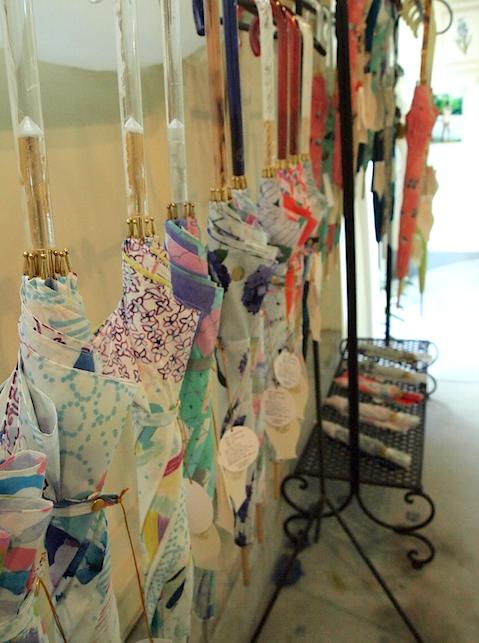 (写真:絵をプリントした雨傘は、長傘・折りたたみ傘ともに1万9,950円?)