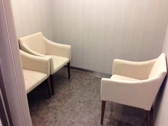 カーテンとドアで仕切られた授乳スペース。広くはないが、静かで落ち着いた空間。