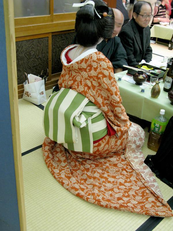 お客さんのおもてなしにシャンと正座する時には着物のすそはきれいに広げます。