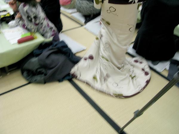 走るように歩く芸者さんの着物のすそは畳の上を衣擦れの音をさせて流れるよう。