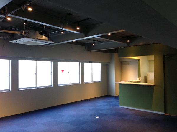 こちらは共用スペースLIVING ROOM。照明がついている場所がキッチン。パーティーやイベント開催も可能