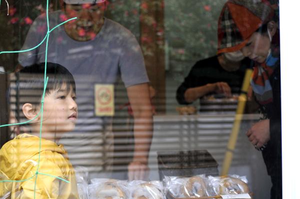 朝に電話で予約をした親子のお客さんに接客中の松村さん夫婦。なごやかー。