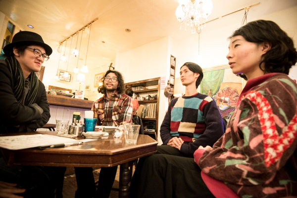 谷中のカフェ「ペチコートレーン」にてインタビュー