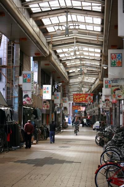 あしたのジョーで知られる、山谷である日本堤に青木産業はある。写真はいろは会商店街