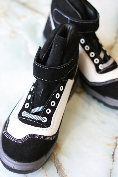 ツートンカラーの編み上げ靴。製造業や建築業、運輸業などに携わる人向けに造られている