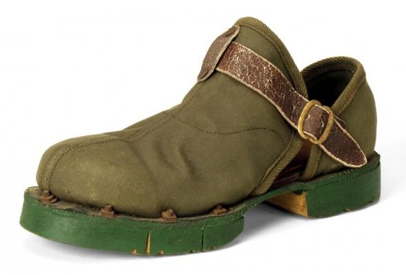 これが日本初・安全靴の元祖。牛革中底に鉄芯を組み込み、板を張り付け、ボルトで固定したもの。世界に一足「片方」しか残っていない
