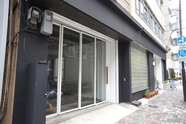 写真:Creative Hub131のエントランス。PUBLICUS1階にはrensaというカフェレストランがある