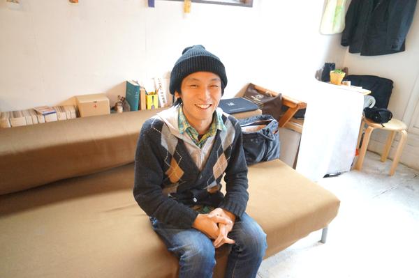 写真:インタビューにお答えいただいたグラフィックデザイナーの神明さん。131を通じたコラボの実践者