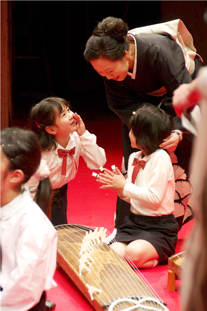 (写真:箏曲発表会では、先生とおしゃべりしてリラックス)