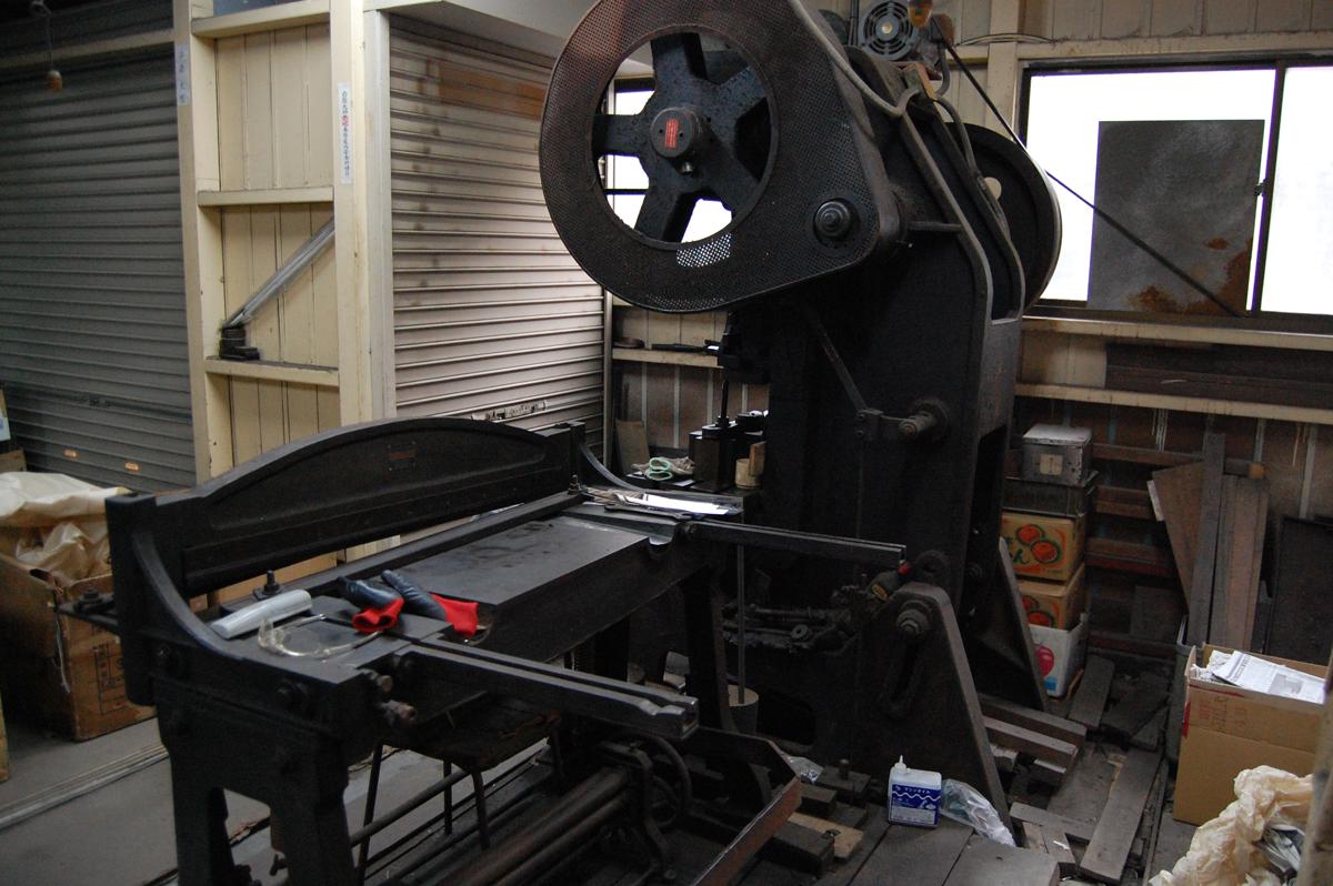 写真:銅板を切り分ける裁断機