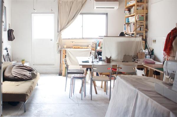 写真:部屋全体の様子。窓からの日差しが心地いい!デスク2は右側のテーブルの白い椅子が2つ並ぶところです。