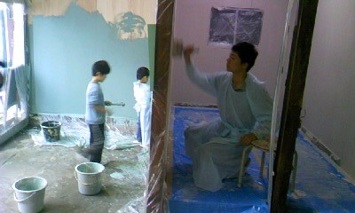 壁のペンキ塗りはのべ1カ月くらいかかった(写真/こすみ図書提供)。
