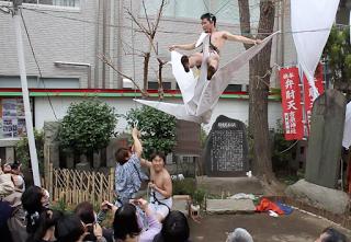 2013年の第一回目「吉原芸術大サービス?線の上で踊る?」の様子①