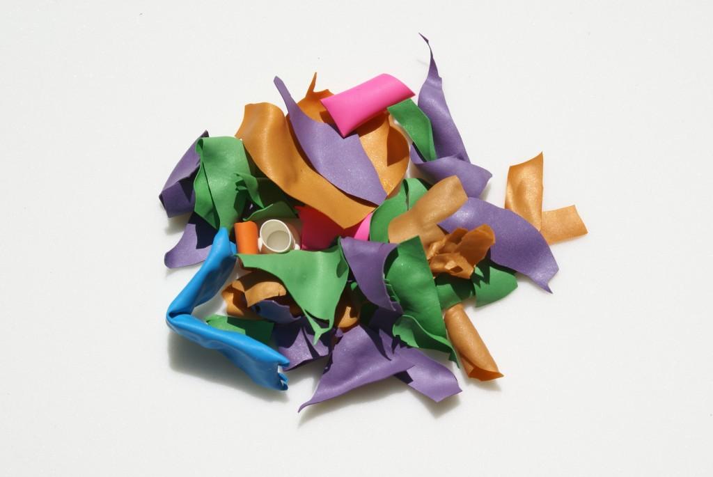 廃材とは言え、カラフルで、何かに利用できないか。