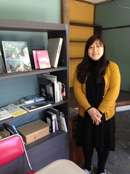 「こすみ図書」の昆野純子さん。「ギャラリーになったり食事会をしたり、いろいろなイベントをしています」。
