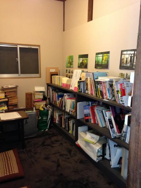 「こすみ図書」にはいろいろな本が並んでいる。まるで友達の家に来たみたいにくつろげる。