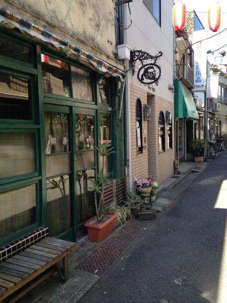 レトロな店舗が狭い路地に建ち並ぶ、鳩の街商店街。