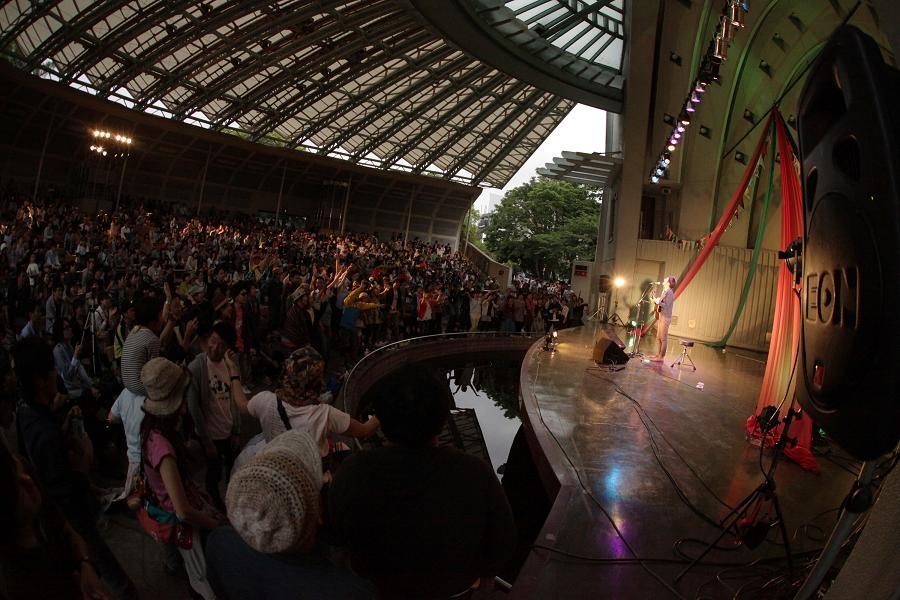 (写真:ステージには歌い手だけ。観客の視線がぐぐっと集まります)