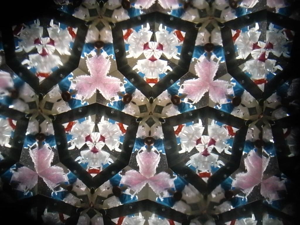 万華鏡で見た廃材の写真