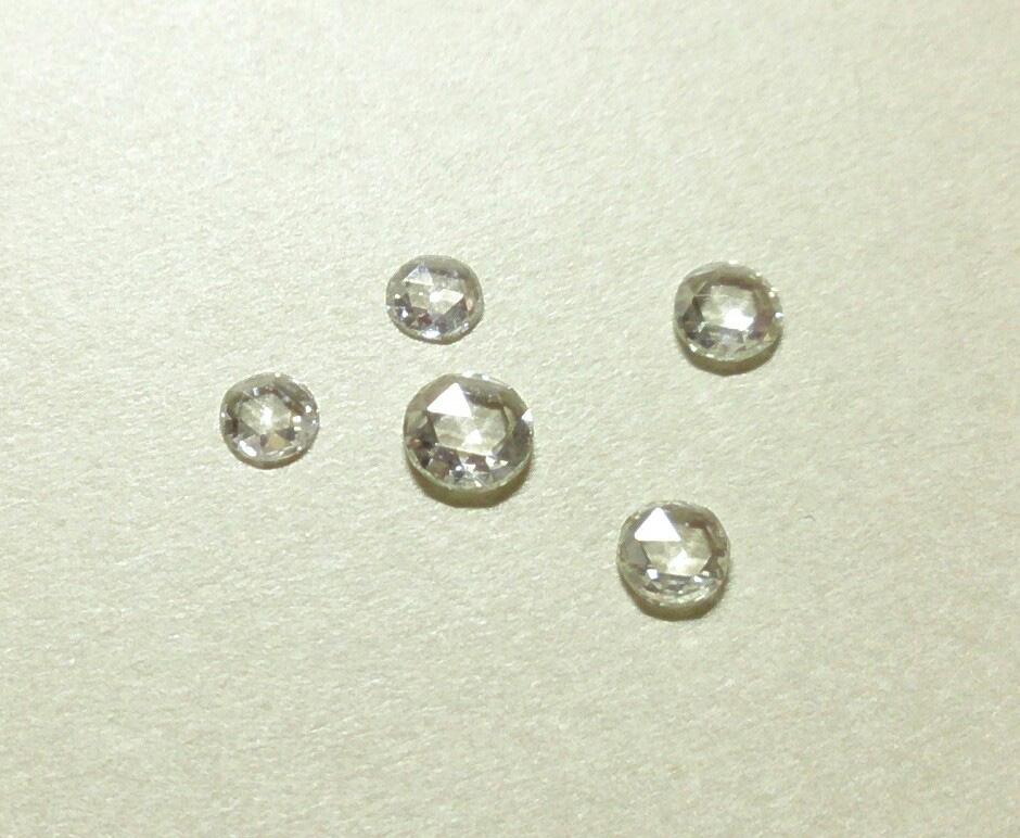 (写真:16世紀のヨーロッパで、蛍光灯などまだない時代に自然光などやわらかく溶け込むような輝きを放つローズカットダイヤ)
