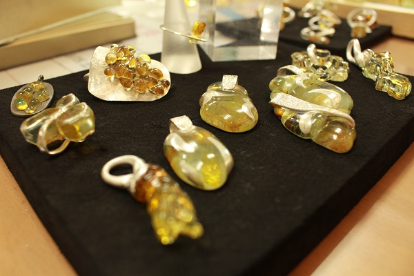 クラッシュガラスと銀粘土を焼成して制作したジュエリー。本物の琥珀と間違えるような色合いが面白い!
