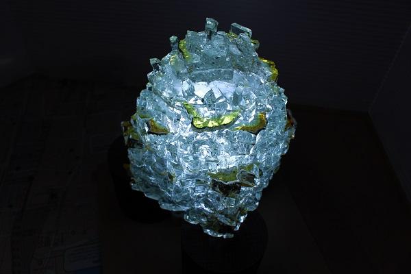 LEDライトで内側からツリーを照らすと、まるでクリスタルのような輝きを放つ
